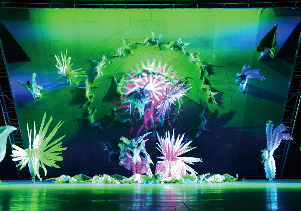 别致的舞台布景与背景影像融为一体.